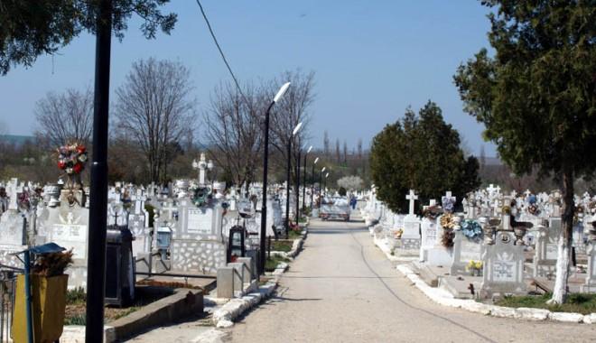 Foto: Cimitirul din Medgidia, pregătit pentru sărbătorile pascale
