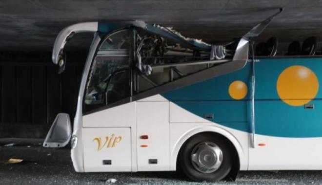 Imagini uluitoare. Un autocar prea înalt a intrat cu viteză într-un tunel - cinci-1437979979.jpg