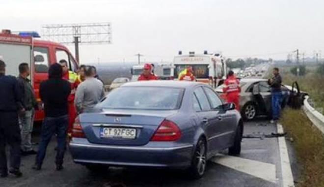 Foto: Accident devastator! Trei maşini lovite şi cinci persoane rănite
