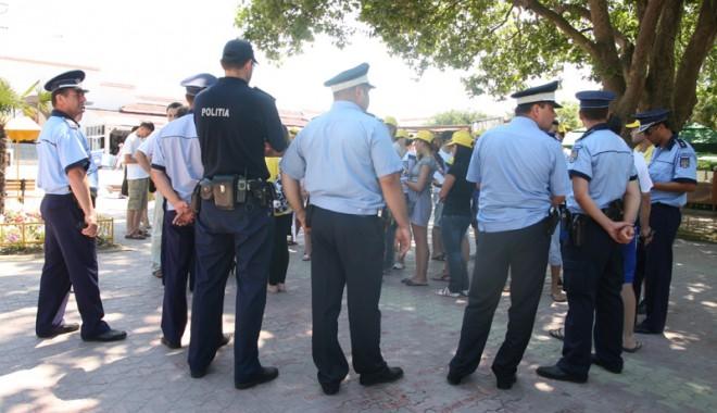 Foto: Cine îi apără pe poliţiştii bătuţi, muşcaţi sau scuipaţi de infractori