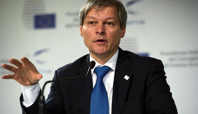 """Foto: Dacian Cioloș a depus actele pentru înființarea partidului """"Mișcarea România Împreună"""""""