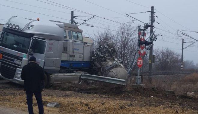 Cisternă cu motorină, lovită de tren, în Portul Constanţa - cisterna1-1548419526.jpg