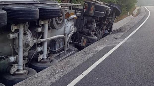 Foto: TRAGEDIE RUTIERĂ! Un şofer a adormit la volan şi s-a răsturnat cu cisterna în şanţ