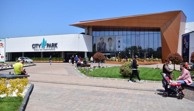 Foto: Expoziţie de maşini retro americane, SkirtBike şi concert Connect-R, în week-end, la City Park Mall
