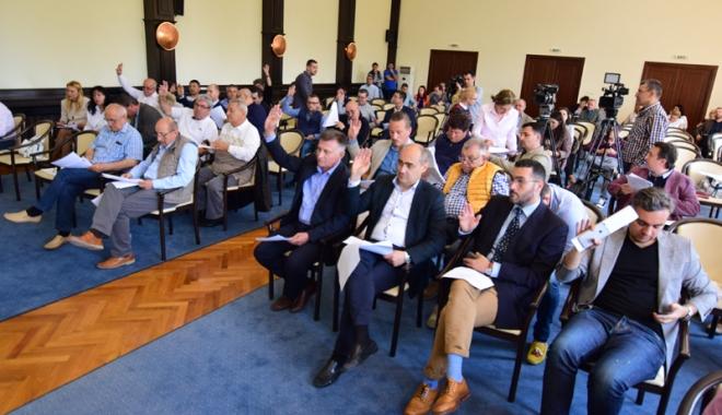 """Foto: Consilierii judeţeni şi-au dat girul pentru preluarea stadionului """"Farul"""""""