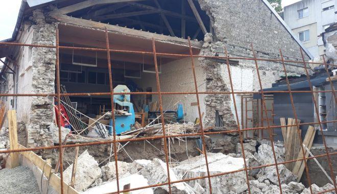La un pas de tragedie. Peretele unei clădiri părăsite s-a prăbuşit - cladire-1623943565.jpg
