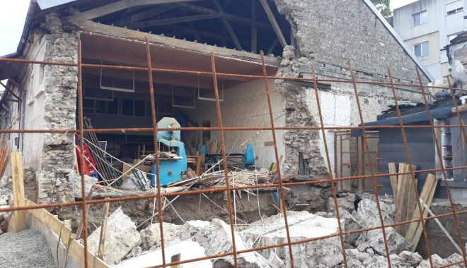 La un pas de tragedie. Peretele unei clădiri părăsite s-a prăbuşit - cladire-1623943634.jpg