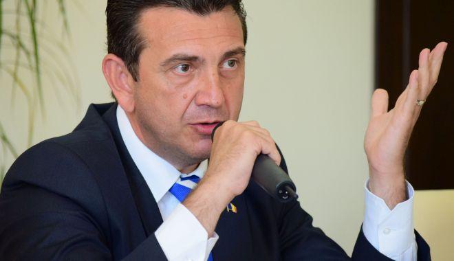 Foto: Claudiu Palaz îi provoacă pe candidații la europarlamentare la o dezbatere pe teme de politici externe