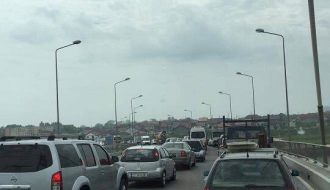 Foto: Cozi kilometrice după închiderea podului de la Agigea. Poliţiştii intervin cu două echipaje