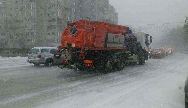 Foto: Cod galben de ninsori şi viscol, la Constanţa. Utilajele au ieşit pe străzile din municipiu