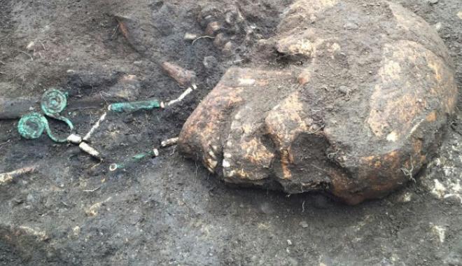 Foto: Colier vechi de 5.000 de ani, găsit într-un mormânt