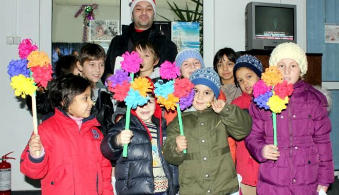 "Foto: Copiii de la ""Micul Rotterdam"" au colindat, din nou, redacţia ""Cuget Liber"""