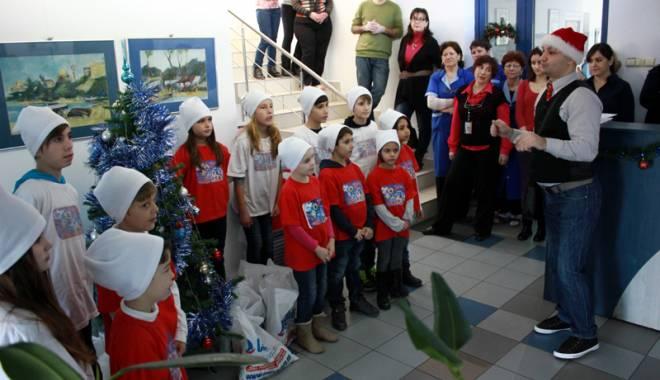 "Foto: Copiii de la ""Micul Rotterdam"" au colindat redacţia ""Cuget Liber"""