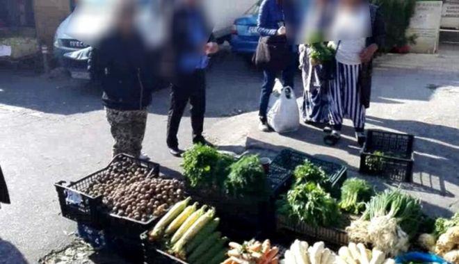 Foto: Comercianţii stradali din Tomis III, puşi pe fugă  de poliţiştii locali
