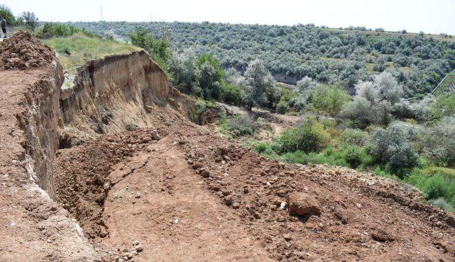 Pericol la Cumpăna. Alunecările de teren, la câțiva metri de casele oamenilor.