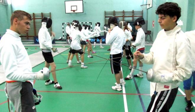 """Foto: Competiţie de spadă, în sala de sport a Colegiului """"Carol I"""""""