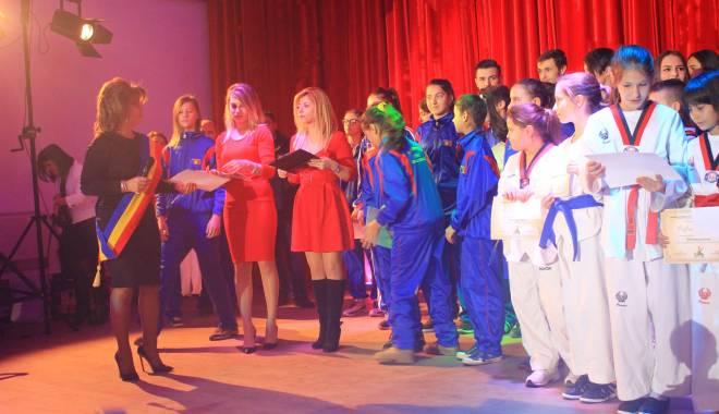 Comuna Mihail Kogălniceanu, în sărbătoare.  Olimpicii şi sportivii, răsplătiţi pentru premiile obţinute - comunakogalniceanu1223-1450076753.jpg
