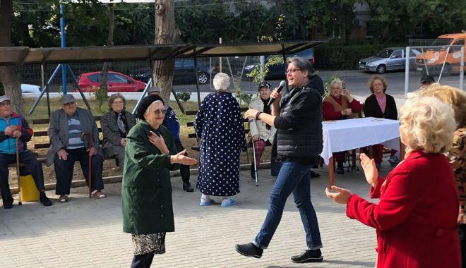 Foto: Fuego, Stela Enache şi Marina Florea i-au înveselit pe vârstnici