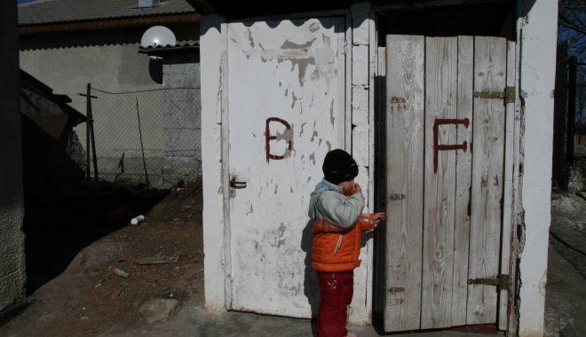 Foto: Condiţii de Evul Mediu în mii de şcoli de la ţară. Cu WC-ul în curte şi fără apă curentă