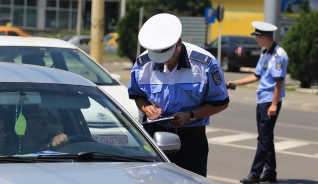 Foto: Şoferi din Constanţa, rămaşi fără permis după ce au trecut pe roşu