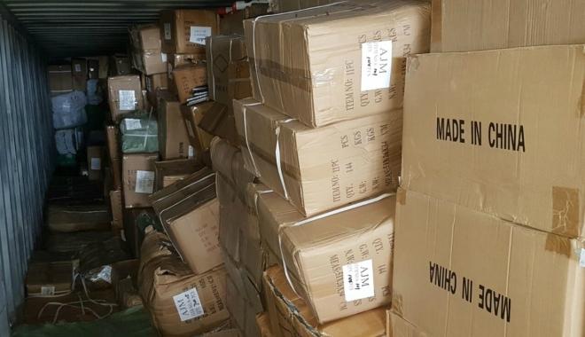 Foto: Zeci de mii de produse, confiscate în Portul Constanţa