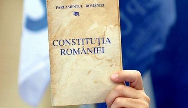 Foto: Propunerea de revizuire a Constituţiei în privinţa definirii familiei, înregistrată la Curtea Constituţională