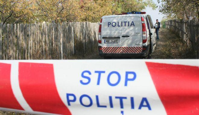 Foto: Anchetă a poliţiştilor, după descoperirea unui cadavru în toaleta unei biserici