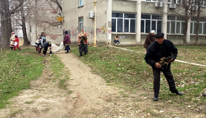 Foto: Beneficiarii de ajutor social, scoşi la curăţenie de Primăria Constanţa