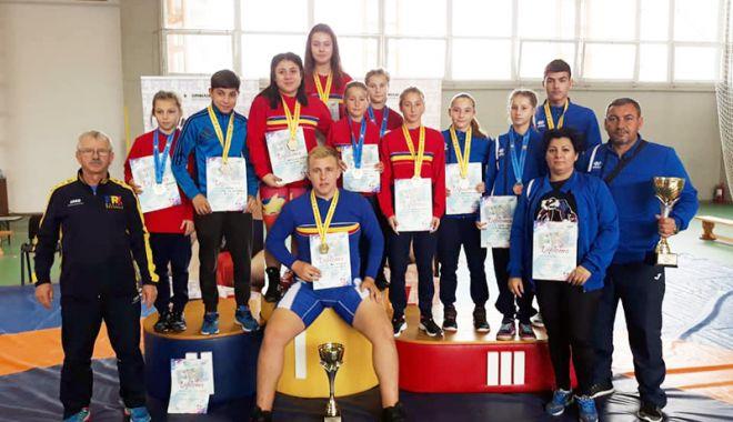 Foto: Constanţa-i fruntea! Zeci de medalii câştigate de luptătorii de pe litoral