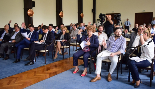 Foto: Consilierii locali se reunesc în şedinţă. Clădirile neîngrijite, impozitate cu 500%