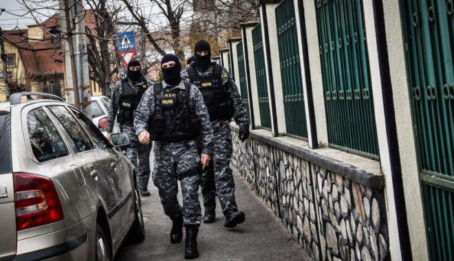 Foto: Constănţean cu mandat european de arestare, ridicat de mascaţi