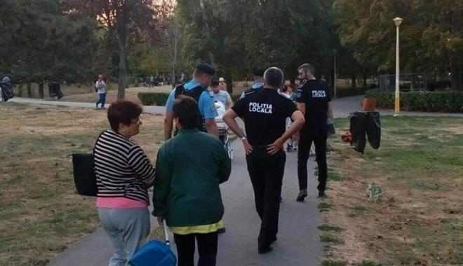Foto: Constănţenii, puşi să strângă mizeria lăsată pe domeniul public