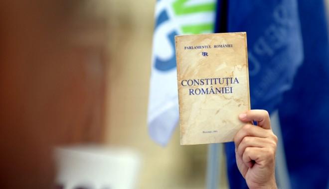 Disponibilitatea românilor de a participa la un referendum pentru modificarea Constituției a scăzut - constitutiaromaniei1369742464-1375862086.jpg