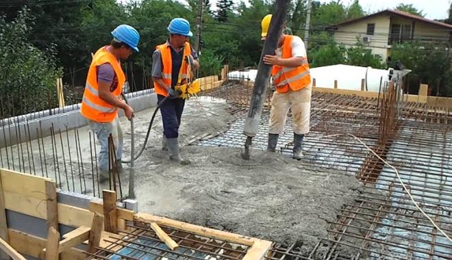 Foto: Viaţa muncitorilor, în pericol iminent. Patronii nu le dau echipamente de protecţie
