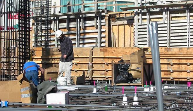 Foto: Constructorii au mai mult de lucru