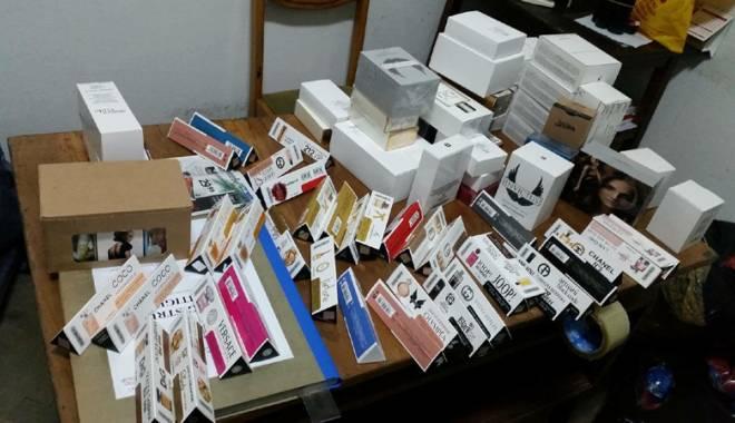 Foto: Parfumuri contrafăcute  şi ţigări de contrabandă descoperite de poliţişti