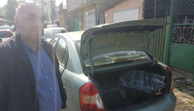 Foto: Contrabandişti de ţigări, urmăriţi de poliţişti. Mii de ţigări şi trei maşini, confiscate