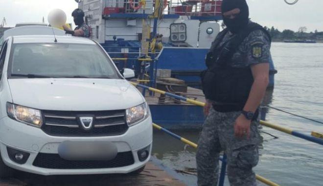Foto: Contrabandişti de ţigări, prinşi de poliţiştii de frontieră. Ascundeau pachetele într-un perete fals