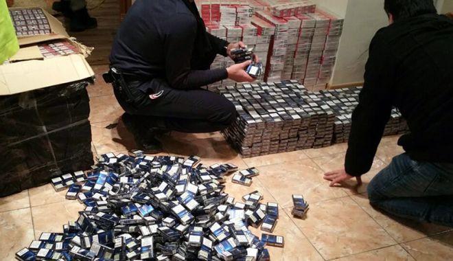 """Foto: Contrabandiştii, """"vizitaţi"""" de mascaţi! Poliţiştii au găsit bani ascunşi în pământ"""