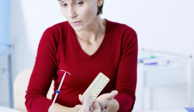 Foto: Tinerii se informează despre metodele contraceptive