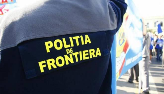 Foto: Îmbrăcăminte şi accesorii contrafăcute, descoperite de poliţişti