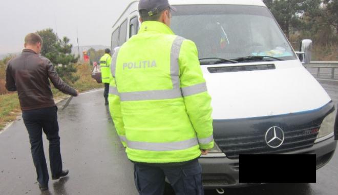 Foto: Taxiurile şi microbuzele de transport călători, verificate de poliţişti