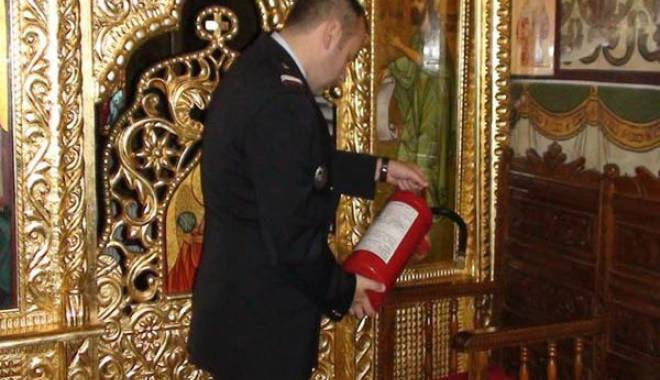 Foto: Biserici �i �coli const�n�ene, amendate de pompieri