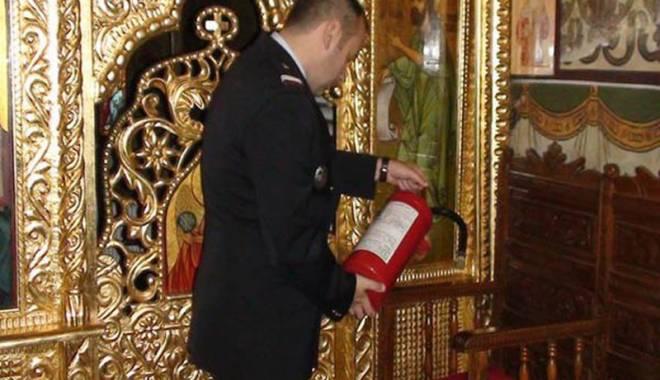 Foto: Biserici �i �coli din Constan�a, amendate de pompieri