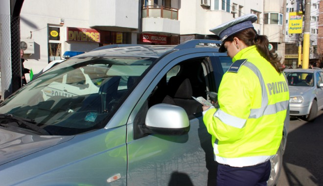 """Foto: Control în trafic. Are voie poliţistul să vă oprească """"fără motiv""""?"""
