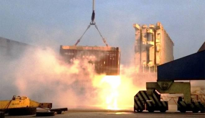 Foto: Sute de pompieri, în alertă! INCENDIU DEVASTATOR, după ce un container cu substanțe chimice s-a prăbușit
