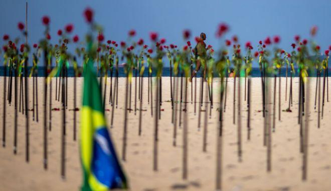 Plaja Copacabana acoperită de trandafiri roşii în memoria celor 500.000 de brazilieni răpuşi de Covid-19 - copacabana2-1624257440.jpg