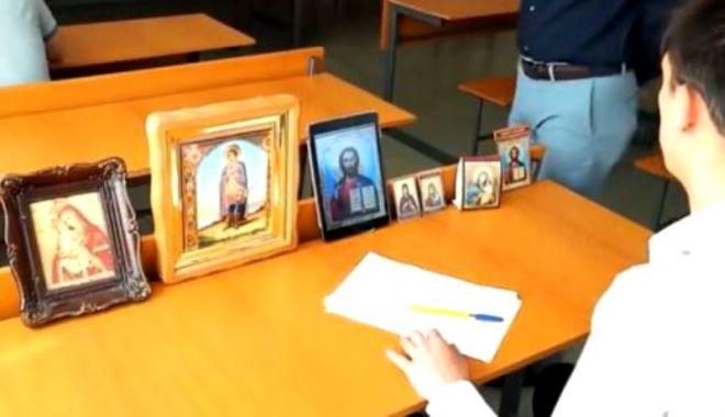 VIDEO VIRAL | Metoda unui elev de a copia cu ajutorul icoanelor de pe bancă - copiere1-1528817255.jpg