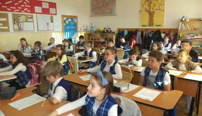 """Foto: """"IA ŞI SCRIE, CĂ TE STRÂNG DE GÂT!"""" / Învăţătoarea care jignea copiii, penalizată cu 10% din salariu timp de trei luni"""