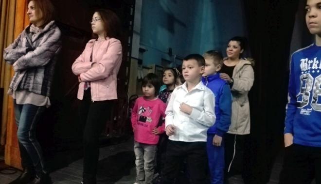Foto: Copiii din centrele de plasament aduc magia Crăciunului pe scenă